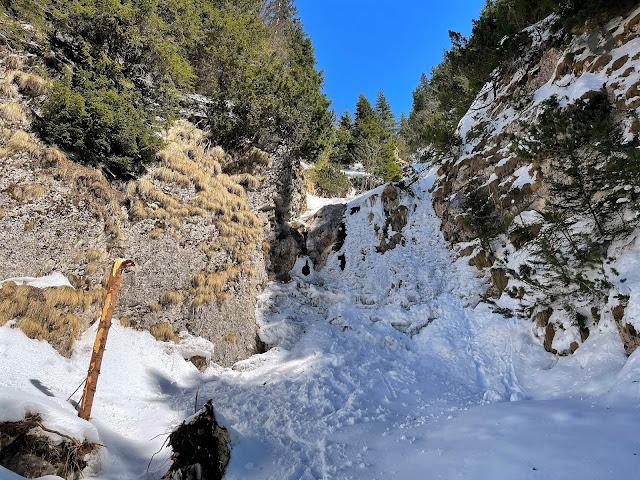 Cascada Moara Dracului din Munţii Bucegi - traseu ușor din satul Șimon