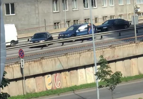 Divu auto sadursme uz pārvada Teikā