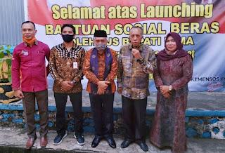 Didampingi Kadinsos, Pjs Bupati Bima Launching Distribusi Bansos di Madapangga
