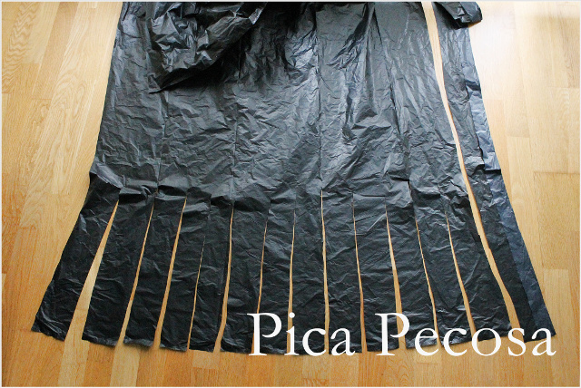 como-hacer-vestido-bruja-diy-halloween-con-bolsas-basura-recicladas-paso-1