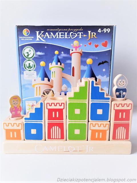 gra dla dzieci z drewnianymi klockami, z których budujemy drogę od ryzerza do księżniczki
