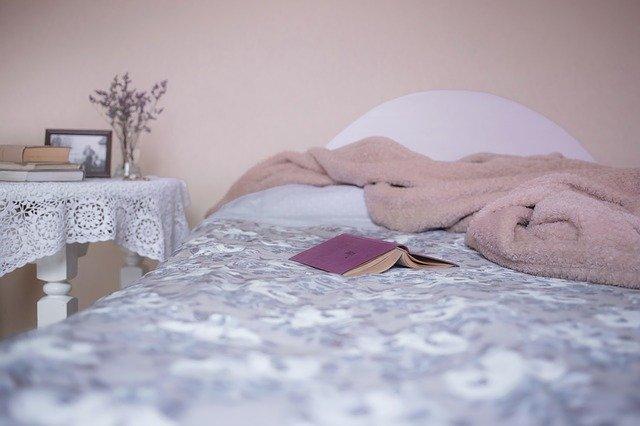 rebahan di ranjang