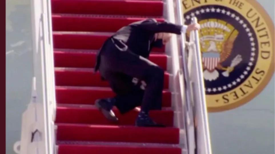 Ο Λευκός Οίκος κατηγορεί τα…σκαλιά του Air Force One για την τούμπα του γέρο-Μπάιντεν – ΒΙΝΤΕΟ
