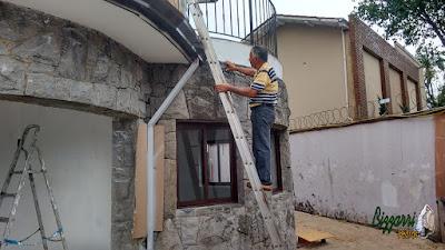 Bizzarri, da Bizzarri Pedras, verificando a construção com pedra onde estamos fazendo as restaurações da parede de pedra em casa no bairro Ibirapuera em São Paulo-SP.