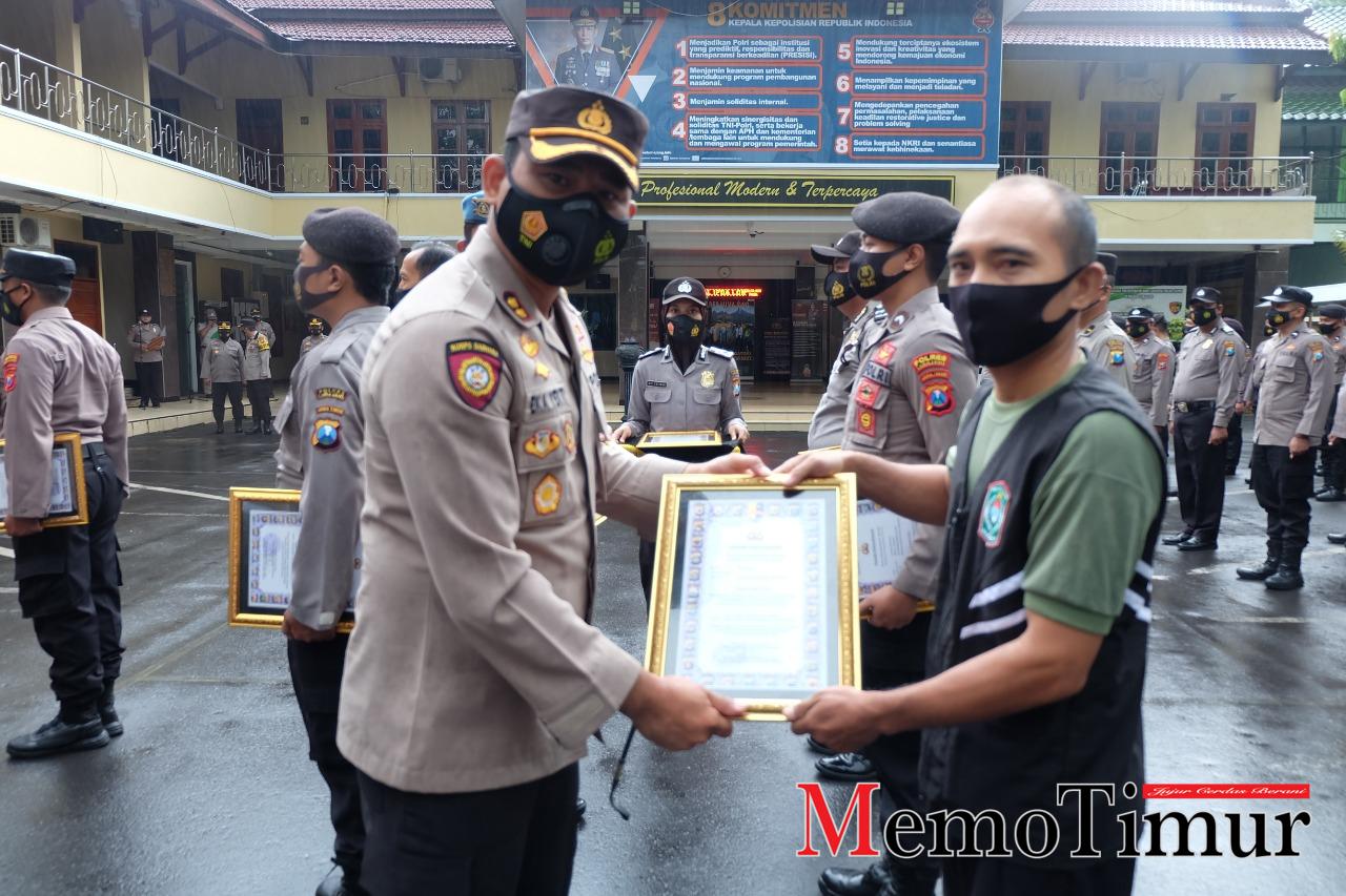Ungkap Kasus Kriminal, Kapolres Lumajang Beri Penghargaan ke Anggota Polisi dan SKD