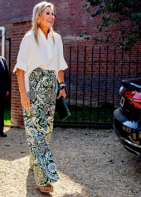 Queen Maxima wore patternet print trousers from Natan, and white silk shirt blouse from Natan. Cult Gaia gold earrings