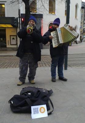 Witzige Straßenmusiker mit Bitcoins bezahlen