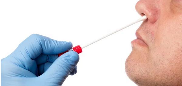 """Efeito colateral do """"teste do COTONETE"""": Após teste do cotonete, homem sofre vazamento cerebral por nove meses"""