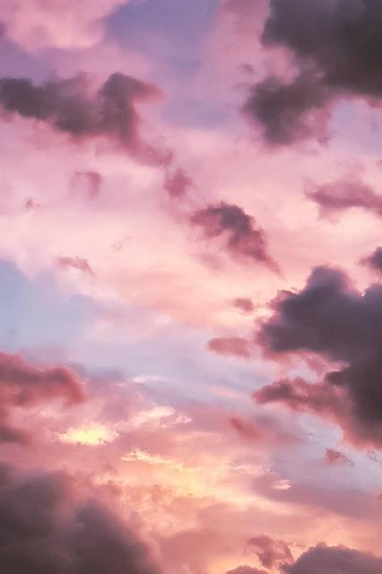 Abendhimmel mit zartrosa und lilafarbenen Wolken