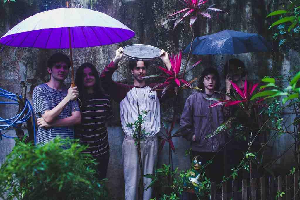 """Expoente do cenário de rock alternativo catarinense, a banda Exclusive os Cabides faz seu debut no álbum """"Roubaram Tudo"""""""