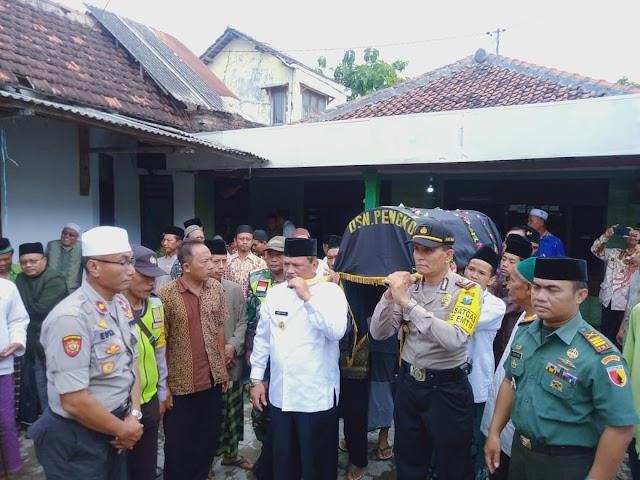 Wakil Bupati Nganjuk DR.Drs.H.Marhaen Jumadi,ikut menghantar Kepergian Alm KH Ahmad Khozen