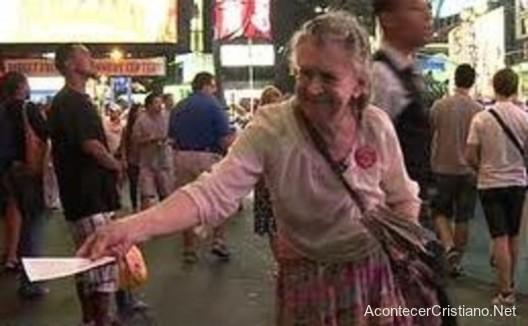 Anciana evangelizando en las calles
