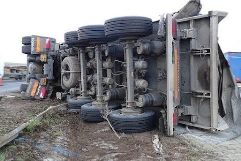 Felborult egy sódert szállító kamion Abonynál