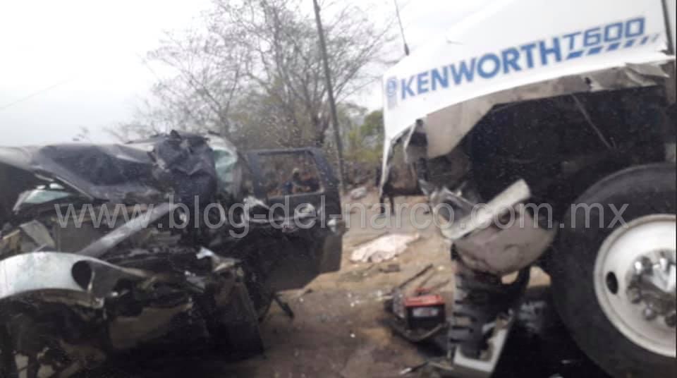 Sicarios intentaron huir de un reten Militar en Aquila; Michoacán y murieron al estrellarse con un Trailer