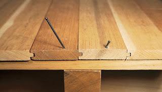 Скрипит деревянный пол в квартире еще и от того, что соседние доски трутся друг об друга. Устранить эту причину скрипа чрезвычайно просто, нужно всего лишь насыпать в местах их соприкосновения немного графитового порошка или талька. Эта нехитрая процедура, окажет воистину волшебное воздействие на прилегающие друг к другу доски, и они перестанут скрипеть.  Если при вскрытии полов, обнаружится, что доски перекосились или покоробились, а покупать новые нет никакой возможности, можно заполнить образовавшиеся зазоры и трещины специальной пастой, составленной из древесных опилок, (желательно той же породы дерева) и столярного клея. Составляется смесь из расчета 4/1, где берется 4 части опилок и 1 часть клея. При необходимости клей можно заменить простой половой краской. Данной пастой нужно тщательно замазать все образовавшиеся изгибы и зазоры, после чего доски необходимо уложить на их старые места. Если причина скрипа была именно в этом, то данный метод гарантирует избавление от неприятных звуков.