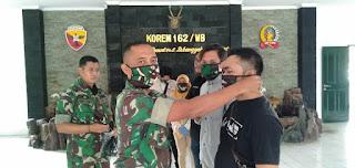 Peduli Insan Media, Korem 162/WB Bagi Masker Gratis Tangkal Covid19