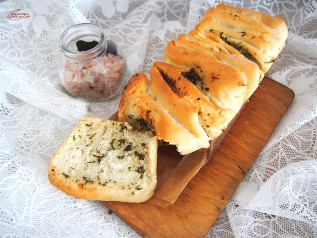 Odrywany chlebek ziołowo czosnkowy