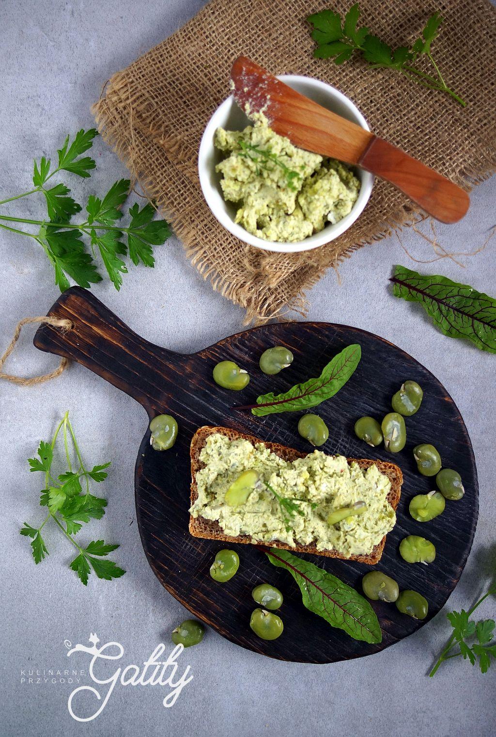 zielona-pasta-z-bobu-na kromce-chleba