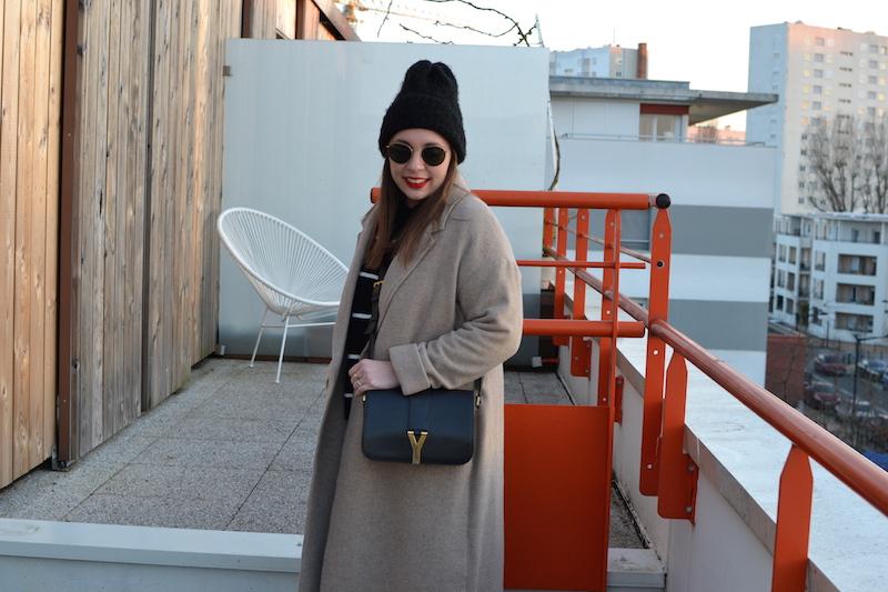 manteau long beige American Vintage, mariniére H&M, bonnet noir, sac Saint Laurent