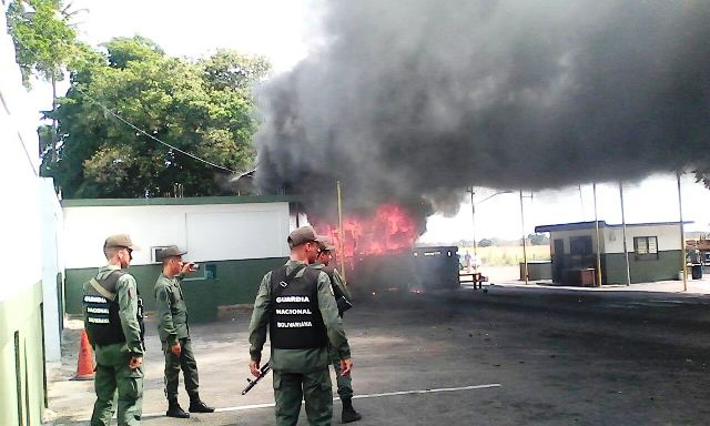 explota-y-se-incendia-buseta-en-plena-alcabala-de-gnb-en-la-villa