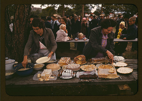 Image: Cutting the pies and cakes at the barbeque dinner, Pie Town, New Mexico Fair (LOC), Public Domain, Photographer: The Library of Congress