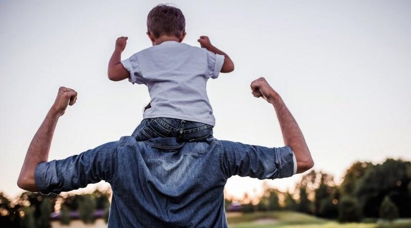 Pai carregando o filho nos ombros