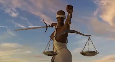 Imagem do símbolo da justiça onde uma mulher negra, de olhos vendados por um pano branco segura a balança de dois pratos em metal e uma espada, simbolizando a justiça