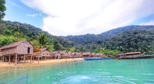 เป็นเกาะที่มีหมู่บ้านชาวมอแกนอาศัยอยู่ อ่าวบอน นักท่องเที่ยวจะได้เห็นวิถีชิวิตของชาวมอแกน
