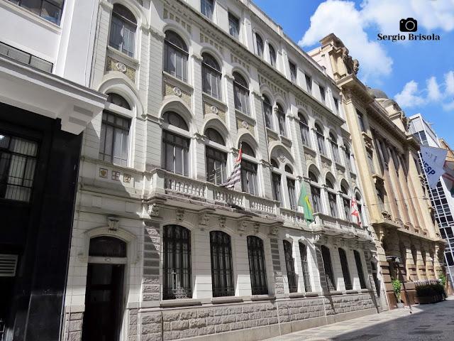 Vista lateral da bela fachada do Edifício Banco Santander - Centro Histórico de São Paulo