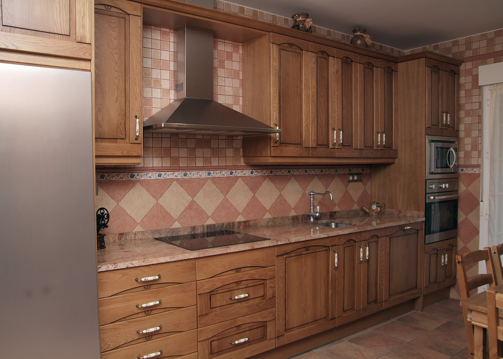 muebles de cocina de madera roble que conjuga el estilo rustico de puertas de roble