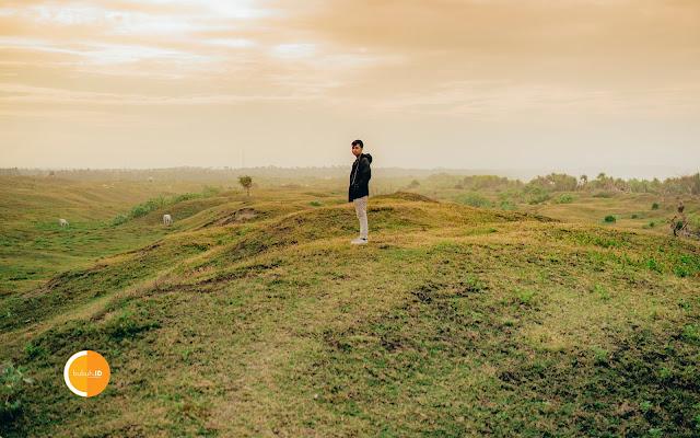 Hamparan Bukit Savana Teletubbies Ujunggenteng - Sebuah tempat menikmati sunrise dan sunset terbaik ala Indonesia Timur di Sukabumi Jawa Barat
