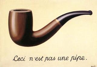 La imagen muestra el célebre cuadro de René Magritte, en el que aparece representada una pipa de fumar, bajo la que hay escrito en francés: Esto no es una pipa.