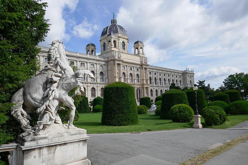 Maria-Theresien-Platz mit Museum