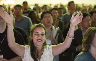 Femeie în cadrul unei slujbe de biserică, foto de Paul Lee efectuată în cadrul Convenţiei Baptiste Sudice anuale din 2015, imaginea preluată de pe site-ul christianpost.com