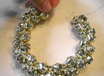 Como hacer una corona navide a con cascabeles todo manualidades - Como hacer coronas navidenas ...