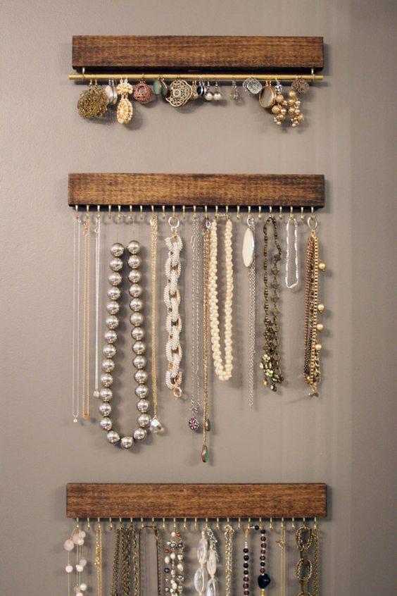 Organizador de bijuterias simples feito com pedaços de madeira e ganchos