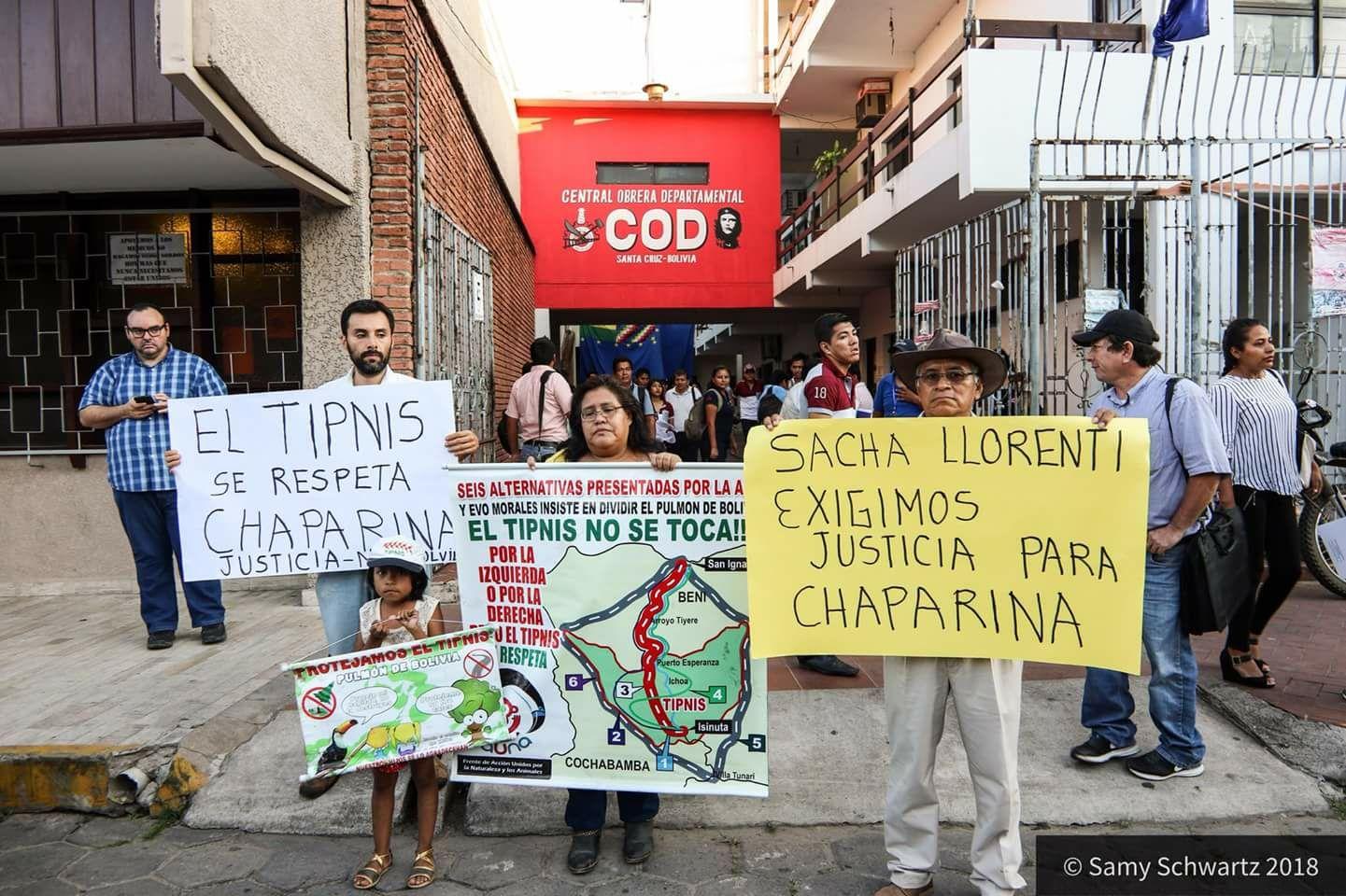 Vargas y su grupo esperando la salida de Llorenty en Santa Cruz / SAMY SCHWARTZ