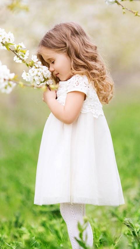 Baby Girl Dễ Thương Và Hoa