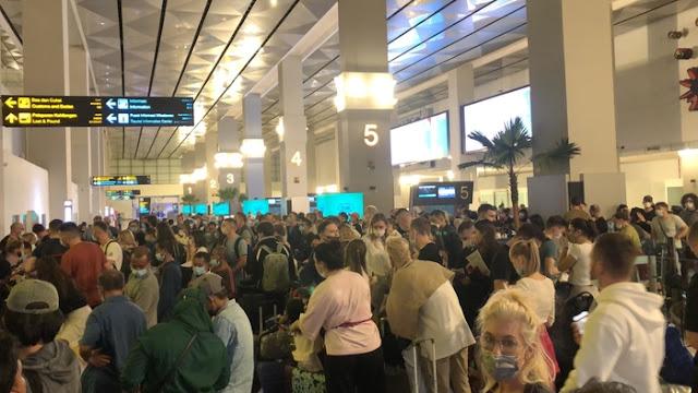 Kedatangan WNA di Bandara Soetta Membeludak, Fadli Zon: Siapa Penyebab Kerumunan?