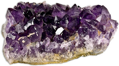 Amethyst is the stone of purple color, which is characteristic of the spirit and spirituality. This stone is the protector of man, characterized by qualities such as unselfishness, generosity, balance, meditation and achieving inner peace.