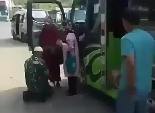 Viral Video Anggota TNI Cium Kaki Ibu, Netizen Dibuat Banjir Air Mata