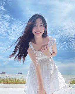 Nụ cười tỏa nắng bên hoa của nữ sinh trường đại học FPT