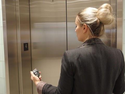 A tűzoltók szabadítottak ki egy embert a liftből Debrecen belvárosában