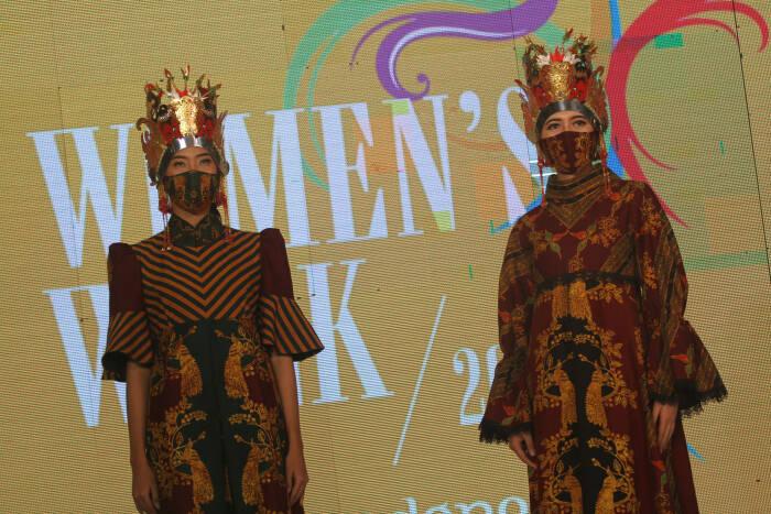 Busana karya Isyam Syamsi dalam Women's Week 2021