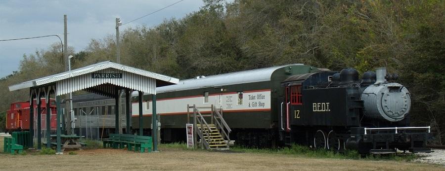 Trenes del museo ferroviario junto a la antigua parada en Parrish