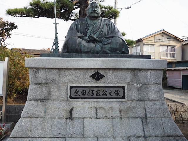 塩山駅前の武田信玄像