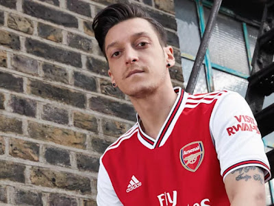 Gary Neville reacts to Mesut Ozil's display in Arsenal's 2-1 loss to Chelsea FC