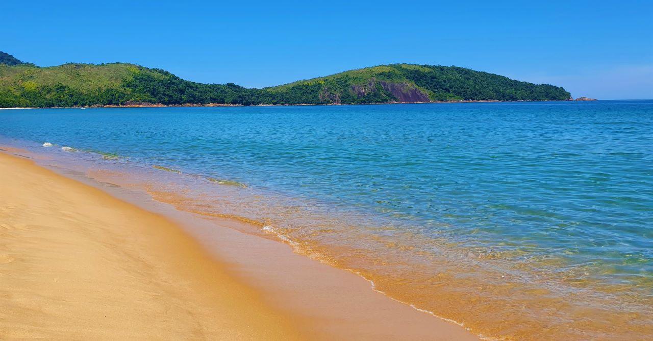 aguas do mar cristalinas em praia deserta