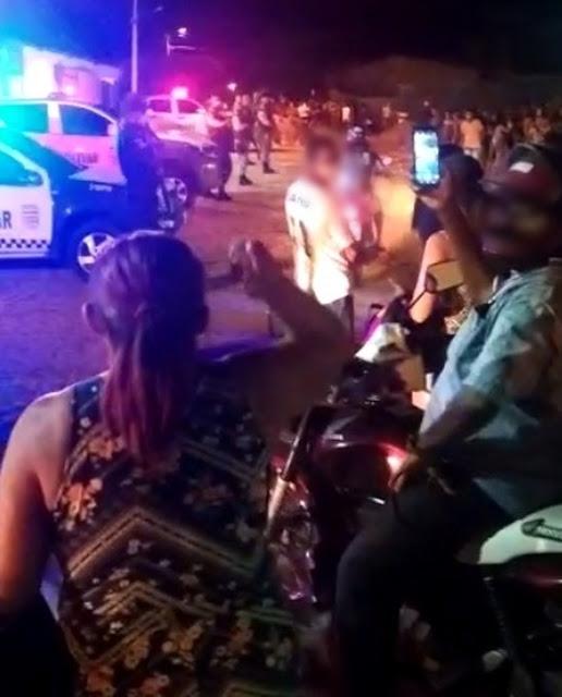 Pessoas jogam pedras e PM reforça segurança de delegacia após prisão de suspeitos de matar criança no Oeste do RN