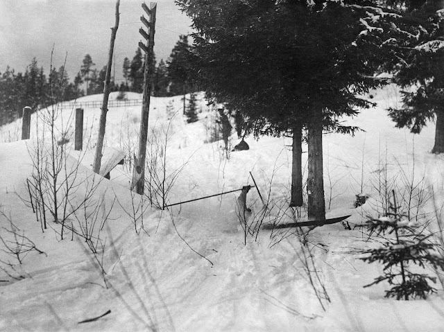 Kaatunut kilpahiihtäjä lumihangessa.